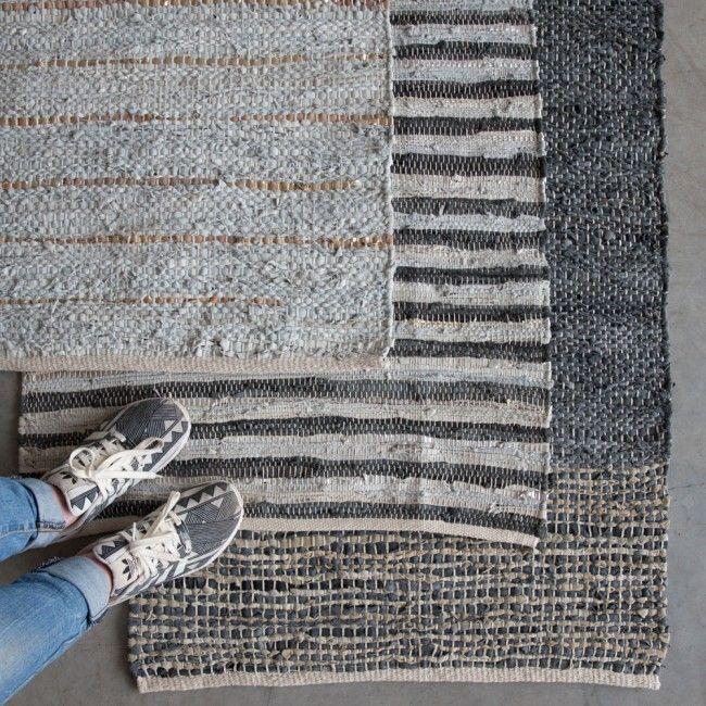 Vloerkleed, grijs en koper Handgeweven door zeer bekwame ambachtslieden in India. Gemaakt van leer restanten uit fabrieken die lederen kleding, schoenen en tassen produceren. 140x70 cm