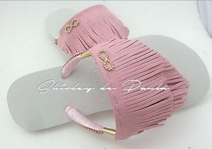 Havaianas customizadas com franjas em camurça rosa claro e aplicação de piercing símbolo infinit Pedidos www.shirleydpaula.com.br