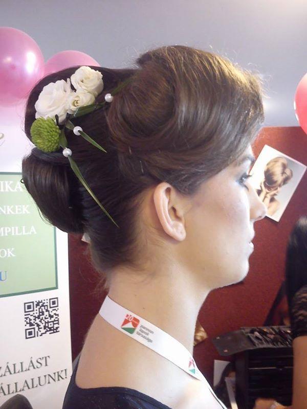 Elegáns Menyasszonyi frizura különleges virág díszítéssel