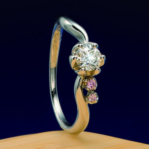 婚約指輪 蓮 -hasu-  真っ白な世界に浮かぶ一輪の花をイメージ。蓮の花びらでダイヤモンドを包み込むように、石枠で表現しました。シンプルなデザインで末長く愛せる指輪です。    Engagement ring   Lotus -hasu- One flower which appears on the pure white world is imagined.   The stone frame expressed so that a diamond might be wrapped in the petal of a lotus.   It is a ring which can be forever loved by a simple design.