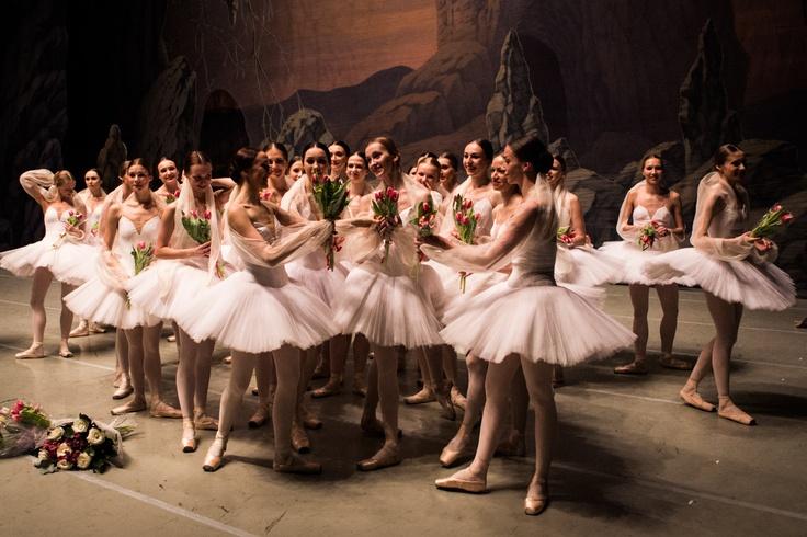 Après que le rideau soit tombé, hommage du corps de ballet au Maître de ballet qui part en retraite. Théâtre Marynskii, Saint-Pétersbourg. La Bayadère. Photography by James Bort