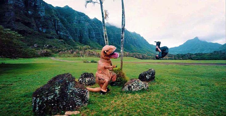 На канале Devin Super Tramp появилось юморное видео, в котором фильм «Парк Юрского периода» представили в формате паркур-погони, где смешной надувной тираннозавр гоняется за парнем, котор…