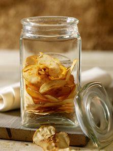 Leichter Snack oder hübsche Deko auf Kuchen und Desserts: Getrocknete Apfelscheiben können Sie ganz einfach selber machen. Wir erklären, wie das gelingt.