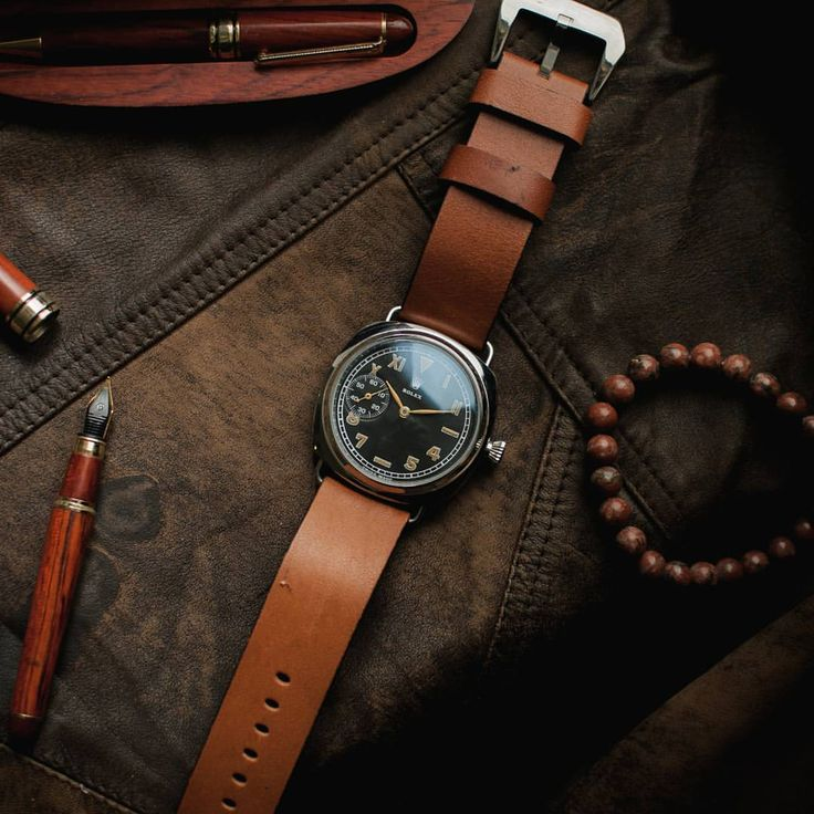 Известный актер Брюс Уиллис носит часы на правой руке циферблатом вниз. Это можно увидеть во многих фильмах («Крепкий орешек», «Меркурий в опасности» и др.). Марка: ROLEX. Модель: винтаж милитари. Страна : Швейцария. Год выпуска механизма: 1920-й год. Механизм: оригинальный, механический. Функции: часы, минуты, секунды. Корпус: новый. Ремешок :  натуральная кожа. Ширина ремешка 24 мм. Циферблат: новый. Стекло: минеральное. Индексация: арабские и римские цифры. Диаметр корпуса без заводной…