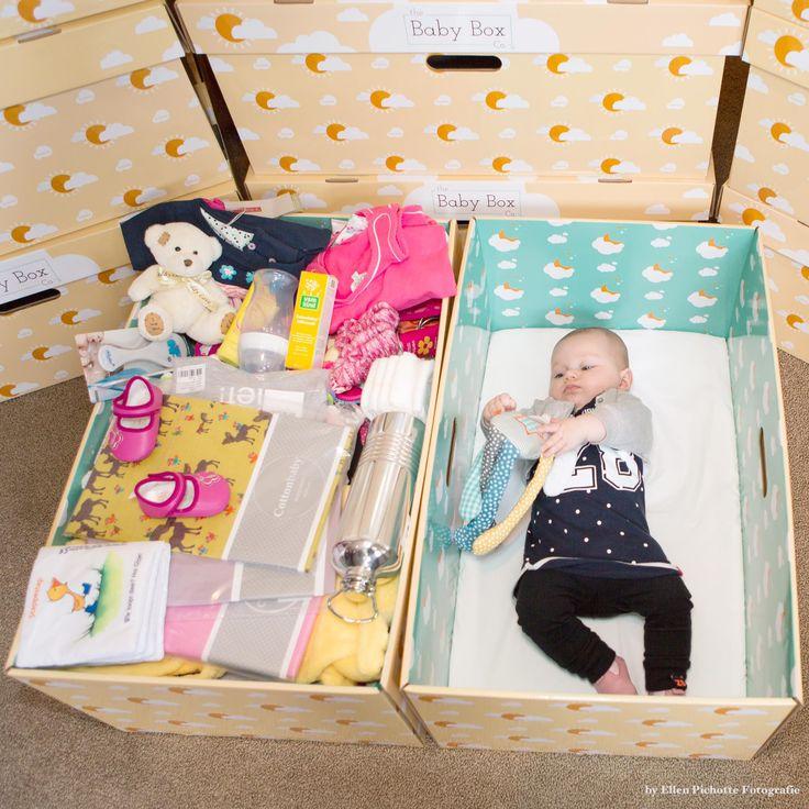 Introductie van de Baby Box. Sinds april 2017 verpakken we de babyspulletjes (pakket type 1) in de Baby Box, onderin ligt een matrasje en deze box kan tevens als eerste babybedje gebruikt worden. Deze bedjes hebben de wiegendoodcijfers in Finland en Amerika sterk doen afnemen. Dit in samenwerking met The Baby Box Company.