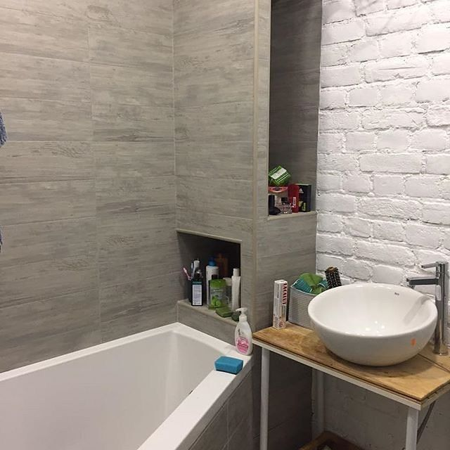 Если ванную комнату не планируется оформлять в стиле лофт, то не стоит облицовывать такой плиткой все помещение. Как правило, плиткой под кирпич отделывают одну из стен помещения или отдельную зону - над ванной, в области умывальника и др.️ Для заказа и по всем интересующим вопросам: +375 (29) 6955229 (What's App, Viber, sms) #плиткалофт#плитка#плиткакирпич#плиткаручнойработы#плиткадлякухни#плиткадляванной#плиткавинтерьере #рокстоун