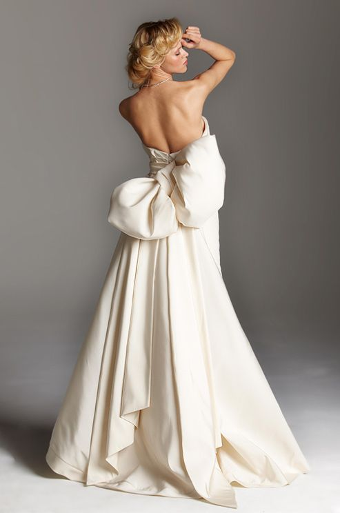 backless bow wedding dress