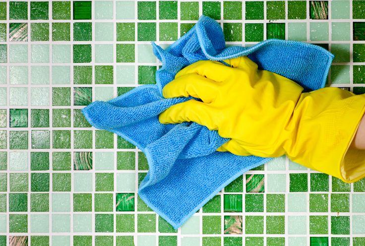 Rengøring af en brusekabine kan kræve stærke kemikalier, hvis man ikke dagligt holder kalken nede. Vi giver de bedste tips – og advarer om de værste.