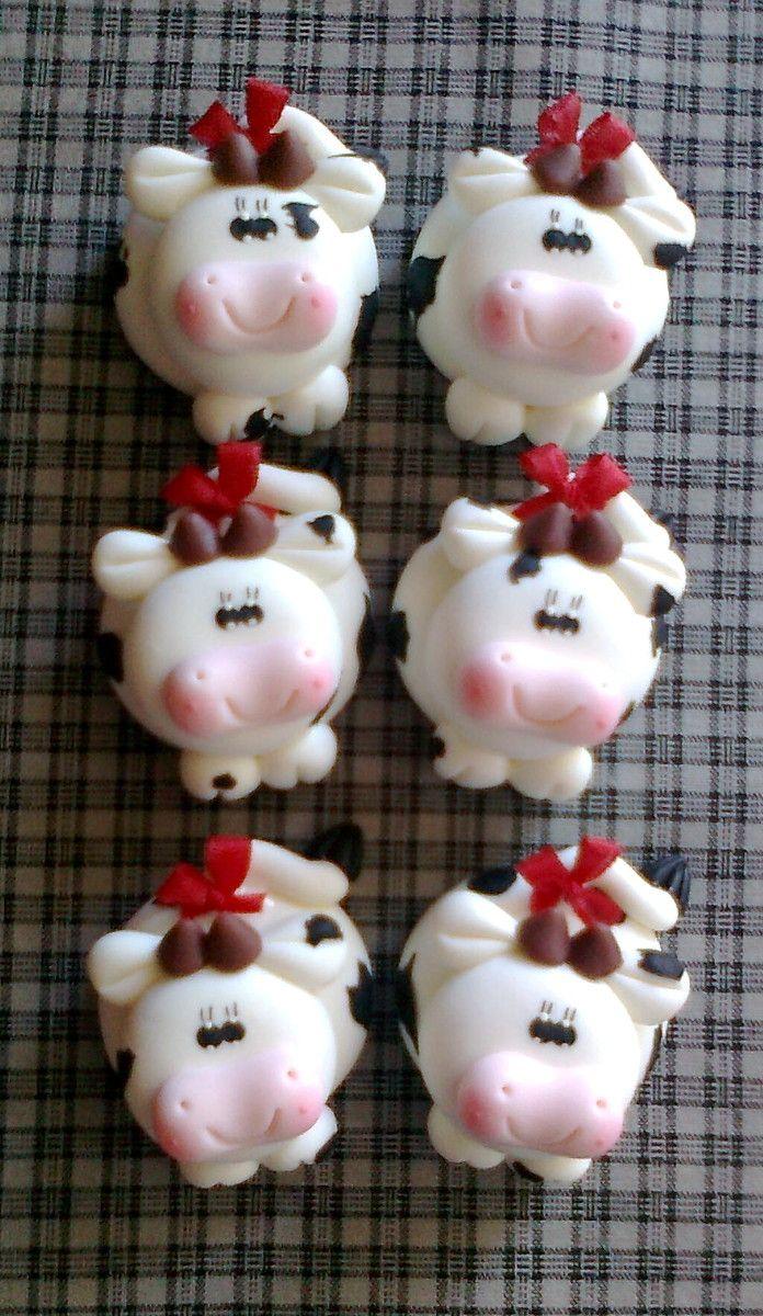 lindo imã de geladeira vaquinha em biscuit ! <br> <br>ref 01 -vaca branca e preta, laço vermelho <br>ref 02 - vaca pele morena com caramelo,laço magenta <br> <br>VALOR UNITÁRIO