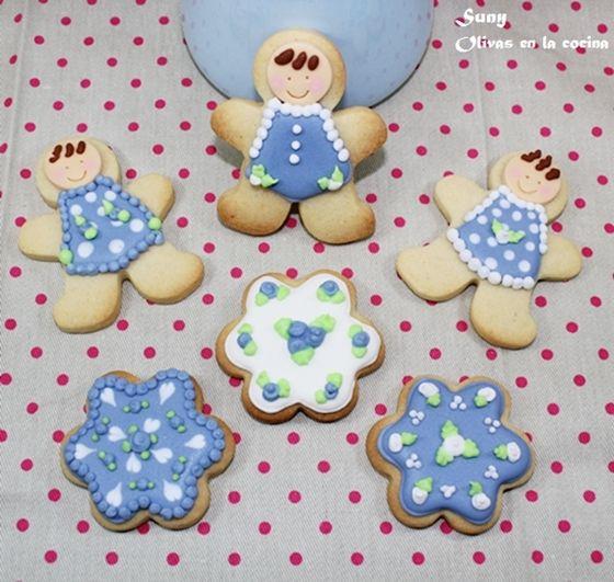 Las preparé en varios colores.  http://rositaysunyolivasenlacocina.blogspot.com.es/2012/03/galletas-decoradas-para-los-pajes-y.html