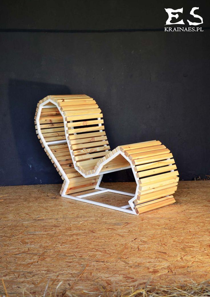 Handcrafted chair, painted in white matt steel, with smooth polished pine elements; minimal style, minimalistyczny fotel, fotel z sosnowym szprosowaniem, bezbarwnie lakierowany, Edgy O'Hara, Kraina ES #chair, #armchair, #ironchair, #krzesło, #fotel
