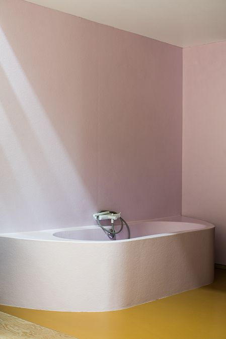 Mustard floor and pink walls in the bathroom of Doorzon Architecten as seen on Coffeeklatch.be