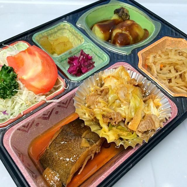 カレイの煮付け キャベツと牛肉の味噌キムチ 焼きナス 切り干し大根煮 サラダ、漬物他  ごはんは「あいちのかおり」を使用。  豊川市と豊橋市の下地町地域に宅配しています。 - 10件のもぐもぐ - カレイの煮付け 日替わり弁当 豊川市の宅配弁当店 by Naokazu Kurita