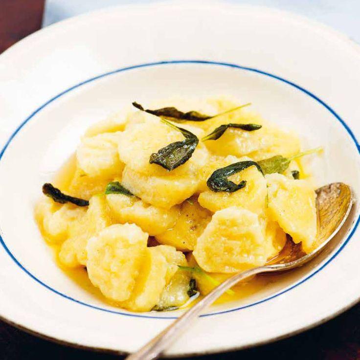 """Klassisk italiensk gnocchi äts som en förrätt. Vi föreslår att du avnjuter den med smörstekt salvia. Recept ur boken """"Laga nytt - Pasta, pizza, paj och pir"""