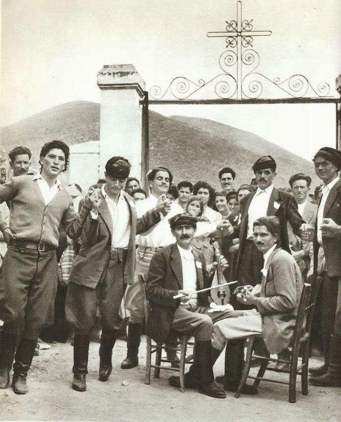 Έτσι χορεύουμε στην Κρήτη! Σπάνιο φωτογραφικό υλικό από μουσικούς, τους χορούς και τις γιορτές των προγόνων μας | Φωτός | Αγώνας της ΚρήτηςΑγώνας της Κρήτης