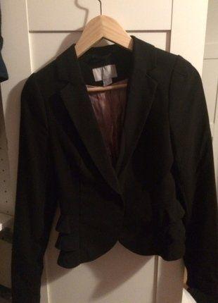 Kaufe meinen Artikel bei #Kleiderkreisel http://www.kleiderkreisel.de/damenmode/blazer-blazer/149993789-schwarzer-kurzer-blazer-mit-raffungen-von-hm