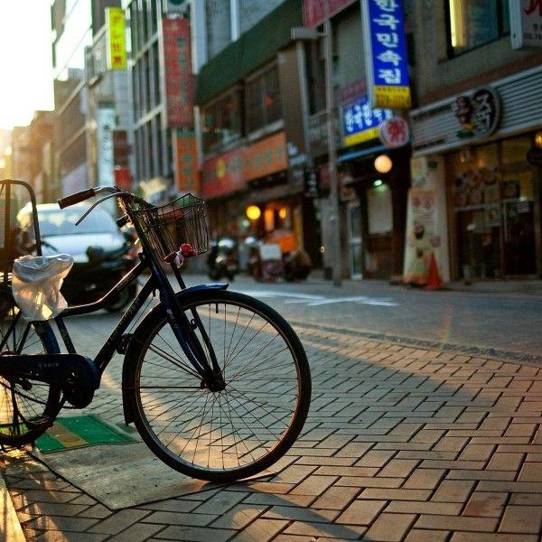 Przejażdżki rowerowe po mieście są niewątpliwie przyjemnym, ale często również ryzykownym i niebezpiecznym doświadczeniem, szczególnie jeżeli nie zadbamy odpowiednio wcześniej o swoje bezpieczeństwo. Kask, odpowiednie opony i sprawne hamulce to tylko część elementów, które wspomogą prawidłowe poruszanie się po mieście. W jaki sposób zatem rowerzysta powinien poruszać się w terenie zabudowanym, na ulicy czy na …