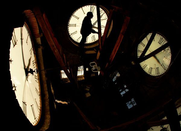 "Daylight Saving Time  ""National telephone surveys by Rasmussen Reports from spring 2010 and fall 2009 deliver the same answer. Most people just ""don't think the time change is worth the hassle."" Forty-seven percent agreed with that statement, while only 40 percent disagreed."""