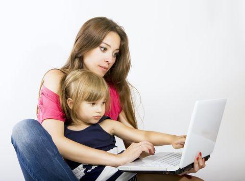Non si dimostra al mondo di essere una grande mamma solo perché si pubblicano tre foto che vi vedano felici e sorridenti accanto ai vostri figli sul
