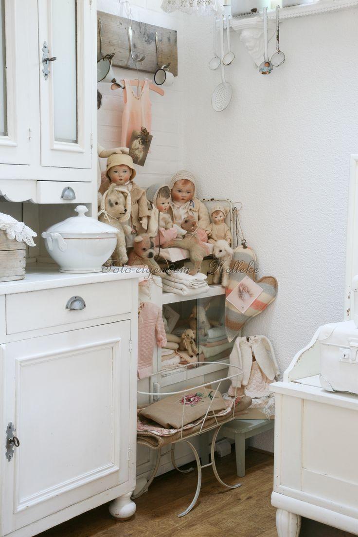 hoekje met zelfgemaakte poppen en kn**foto  reportage van ons huis, voor het tijdschrift Shabby style)(2013)**uffels,