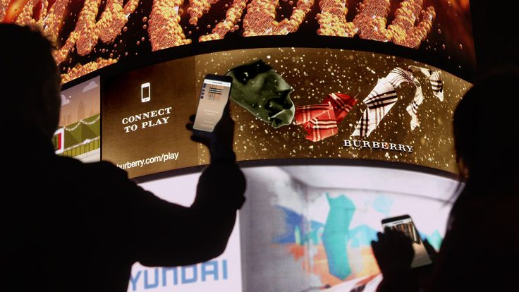 巨大スクリーンをスマホで操作!「Burberry」は観光地としても有名なロンドンのピカデリーサーカスにある巨大屋外スクリーンに、スマホを使ってブランドの象徴的なアイテムであるスカーフを投影することができるインタラクティブな3Dデジタルキャンペーンを行いました!
