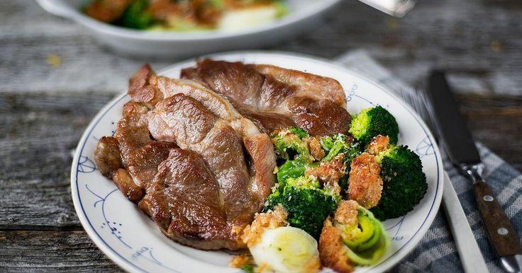 Deilig oppskrift på nakkekoteletter med gratinert brokkoli og purre. Sunn og god middagsrett med smak fra middelhavet!