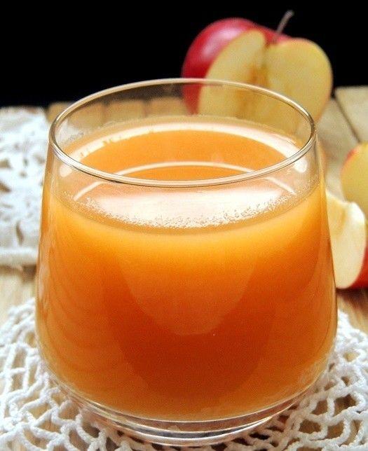 Domácí jablkovo mrkvový džus. Vynikající a osvěžující. Cukru můžete přidat i méně, záleží na chuti každého z nás.