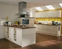 Greenwich Gloss Cream Kitchen Range | Kitchen Families | Howdens Joinery