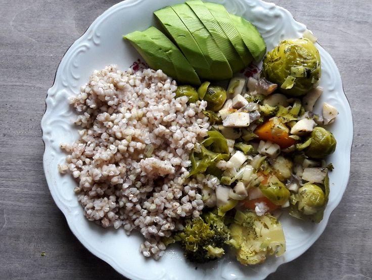 Kasza gryczana, awokado i warzywa na parze podsmażane