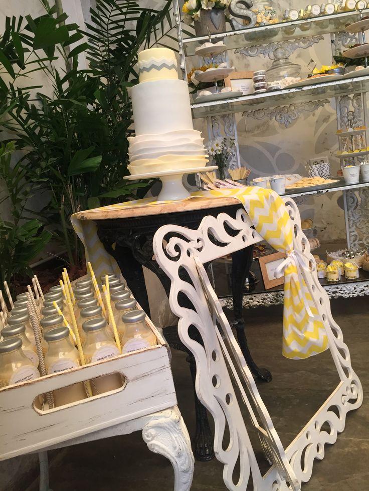 tortas bautizo, baptism cakes, paleta de colores amarillo y gris, ponche para bautizo, detalles bautizo @areagourmet