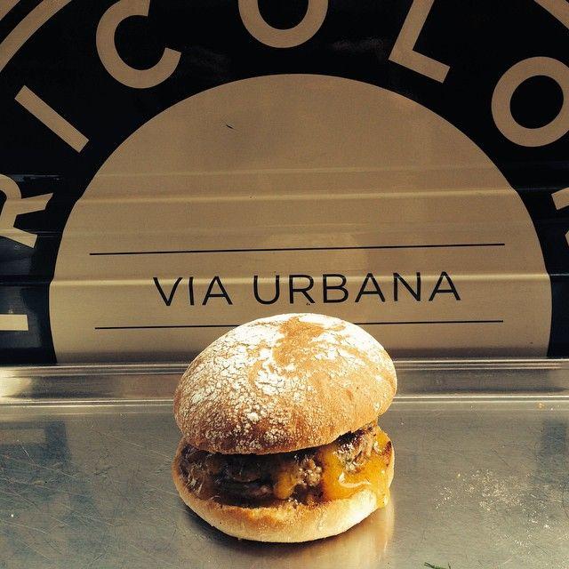 Tricolore panini al rioneMonti, Roma propone le sue novità autunnali: hamburger di agnello, di tofu e il panino con le ostriche. Nel piccolo locale su via Urbana i panini firmati...