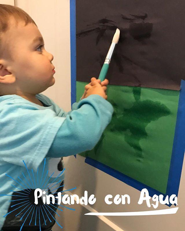 | Pintando con Agua| Una actividad fácil y divertida. Solo necesitas papel construcción, un pincel, cinta adhesiva de pared (para pintar paredes) y un envase con esponja y agua... ¡déjenles sacar el Van Gogh que llevan dentro 😆! #FuntasticMom #JugarImporta #AprenderJugando #PlayMatters #LearnPlaying #InvitationToPlay #JugarEnCasa