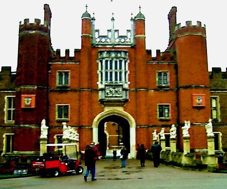 """#Blogparade Nr. 28 von @nordkomplott """"Wo Heinrich VIII. lebte und liebte: Hampton Court Palace"""" #London - ein König, sechs Frauen und viele Intrigen, das ist der Stoff für Spannendes und einen tollen Ort! (13.10.14)"""