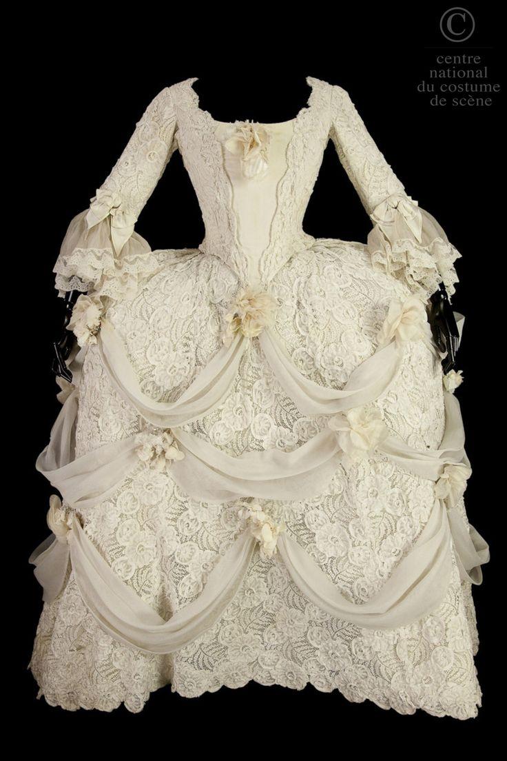 Aryana-robe-J'ai choisi cette photo parce que ça est les costumes que toutes les filles a porter dans les 1868 en L'opèra dans Paris.