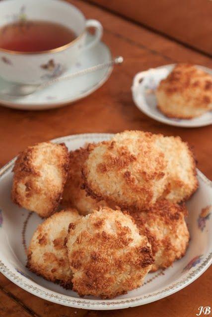 Ingrediënten:  - 1 blikje gezoete gecondenseerde melk (397 g)  - 370 g gedroogde kokos  - 1tl vanille-extract  - 2 grote eiwitten   Bere...