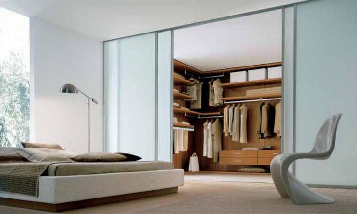 SKYVEDØRER: Skill av soverommet med skyvedører, og lag walk-in gardrobe av den minste delen.