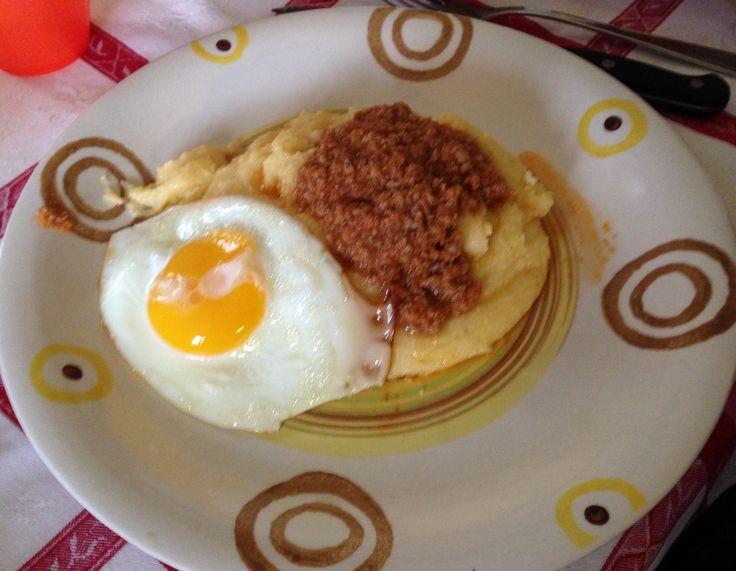 Polenta , ragù e uova