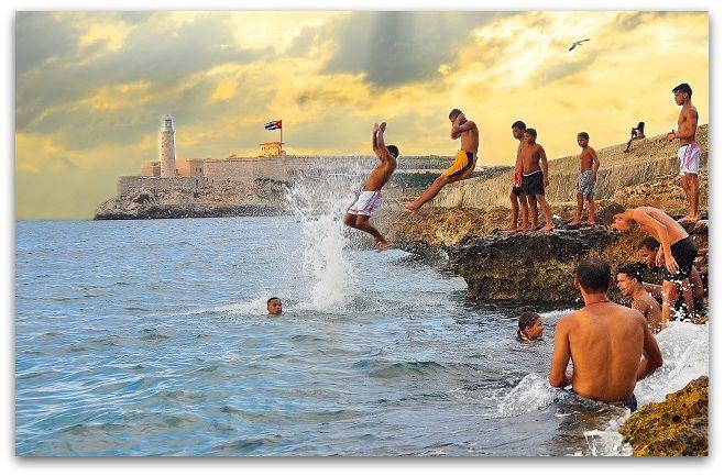 El Malecón, lugar de encuentro para el baño y mitigar el calor