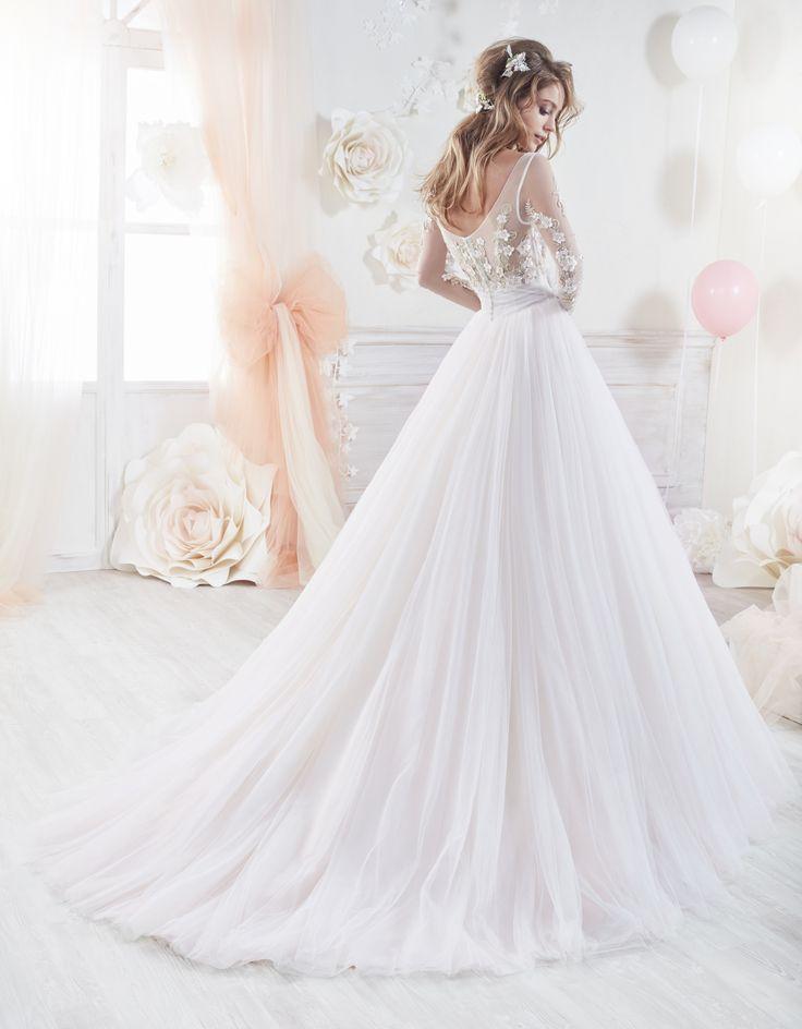 Colet Nicole Spose coab18232, collectie 2018 Deze trouwjapon is super feminine, romantisch en oh-so pretty. Als een echte sprookjesprinses maak jij je entree op de mooiste dag van je leven in deze bloemenpracht, waarmee je iedereen zult betoveren. Het lijfje van transparante tule is rijkelijk gedecoreerd met kanten bloemenapplicaties in lichtroze en pastelgroene tinten. De taille wordt geaccentueerd met een roze bloem voor nog meer romantiek. Een volumineuze rok mag uiteraard niet ontbreken…