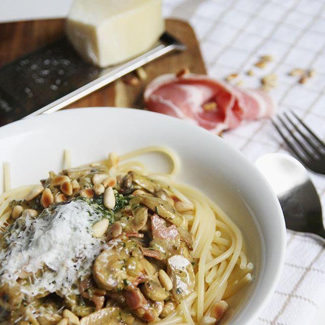 COMFORTFOOD ALARM! Spaghetti met champignons, pesto roomsaus en spek. Recept staat nu op eefsfood.nl#eefsfood #diner #comfortfood #spaghetti #champignon #pasta #lekkersnelklaar #feestjeopjebord