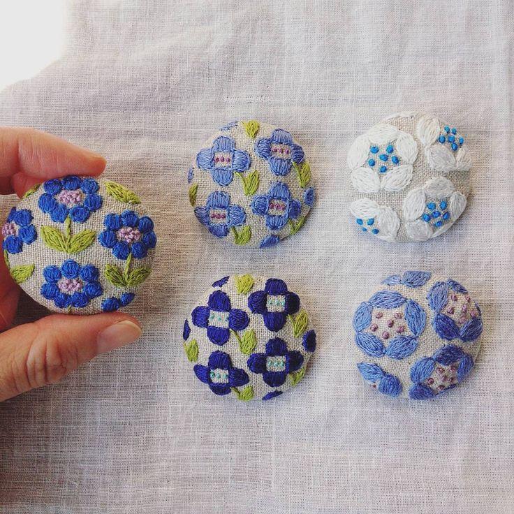 「ブルーのお花。 手刺繍の素朴な雰囲気を気に入って下さる方がいるといいな♥ #刺繍#ブローチ#お花#手仕事#handmade#ハンドメイド#kumako365#手芸#雑貨#日々#ササヤマルシェ#chozlabo #イベント#リネン」