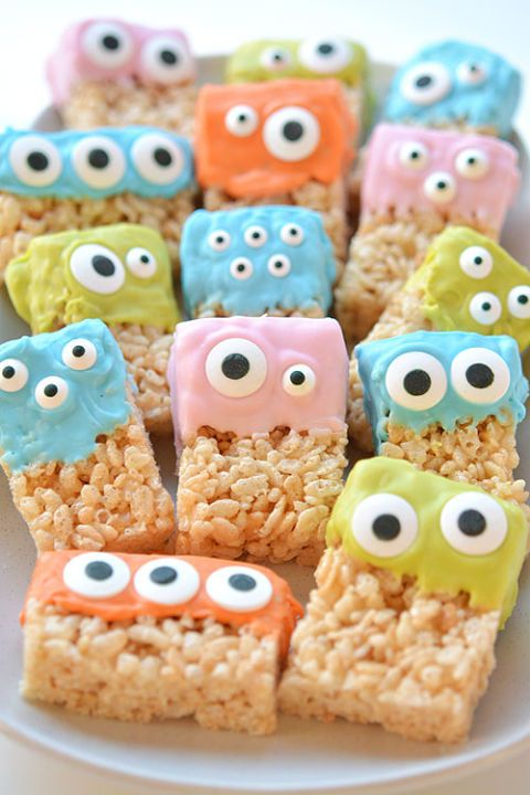 Rice Krispies Treat Monsters: Rice Krispies treats have never looked this cute. Perfect for kids and Halloween parties, this treat is great finger food and dessert to serve at a Halloween party. Find more easy, fun and creepy kid friendly Halloween desserts here.