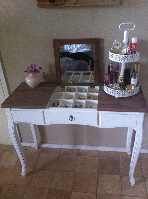 Inspiratie: Sieradenstash  http://www.xenos.nl/assortiment/meubels/serie-antieklook/sidetable-met-uitklapbare-spiegel