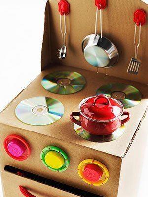 caixas de papelão + CDs riscados + tampas de plástico...