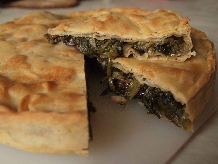 Tra i piatti tipici della tradizione campana, non può mancare la pizza di scarole! Scopriamo le origini e la ricetta.