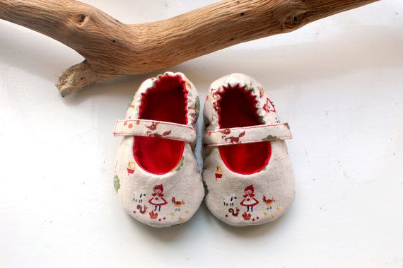 This pair of Little Red Riding Hood baby mary jane shoes will be the perfect accessory for your little girl Halloween costume, and also as a baby shower or birthday gift. These booties are made with a cotton and linen mix japanese fabric, featuring this cute fairytale character. Fully lined with a solid red cotton and lightly padded with a soft cotton batting for extra comfort. The heels have an elastic gathered inside for an easy fit, and the shoes are kept in place with a strap, buttoned…