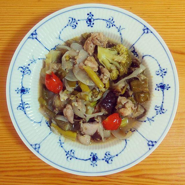 🍴夏野菜の塩麹ラタトゥイユ . トマト缶は使わず、たっぷりの塩麹だけで仕上げました。シンプルだけど、塩味がきいてとっても好評でした! 中身は、ズッキーニ・ブロッコリー・プチトマト・ナス・アスパラガス・おくら・玉ねぎ・鶏もも肉です。 . #体をあたためる#健康#栄養#ランチ#朝ごはん#ヘルシー#野菜たっぷり#肉#おうちごはん#自炊#料理#デリスタグラマー#クッキングラム#ロイヤルコペンハーゲン#ロイコペ#テーブルコーディネート#おしゃれ#食器 #royalcopenhagen#japan #foodpics#cooking#table#tablecordinate #instafood#delicious#vegetables#healthyfood