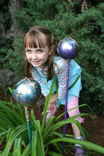 Homemade gazing balls for the garden.  Fun to make with kids!