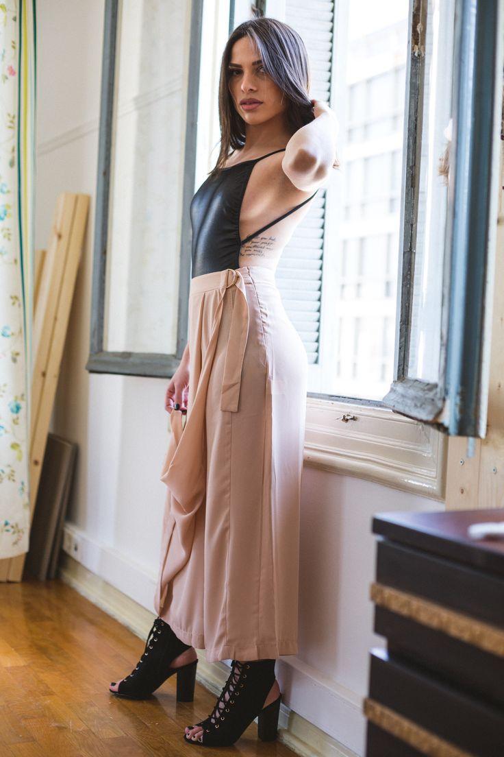 Ζίπ κιλότ σε nude απόχρωση που κλείνει φάκελος μπροστά. Έυκολο ρούχο που φοριέται απο το πρωί με ένα tshirt μέχρι το βράδυ με κρόπ τοπ. 31€ Κορμάκι μαύρο γυαλιστερο με ανοιχτή πλάτη και ελαστικό πανί. 35€