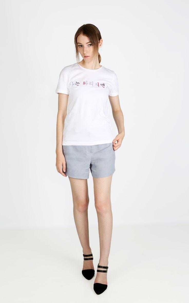 AKASIA est un T-shirt inspiré par Danchung, une décoration de la maison traditionnelle coréenne. Il est chic et unique grâce notamment à son imprimé en coréen, aux manches à revers et à fente. Le logo Mon hanbok est intégrée au dos, au niveau de l'encolure.